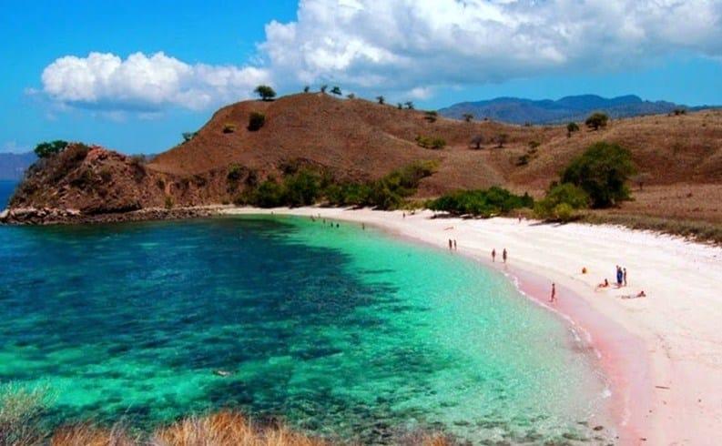 Bener Gak Sih, Kalau Sabolo Island Labuan Bajo ini Pasirnya Berwarna Pink