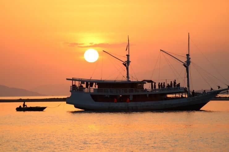 Sunset dan Kelelawar, Satu Kesatuan dari Pulau Kalong di Labuan Bajo yang Tak Terpisahkan