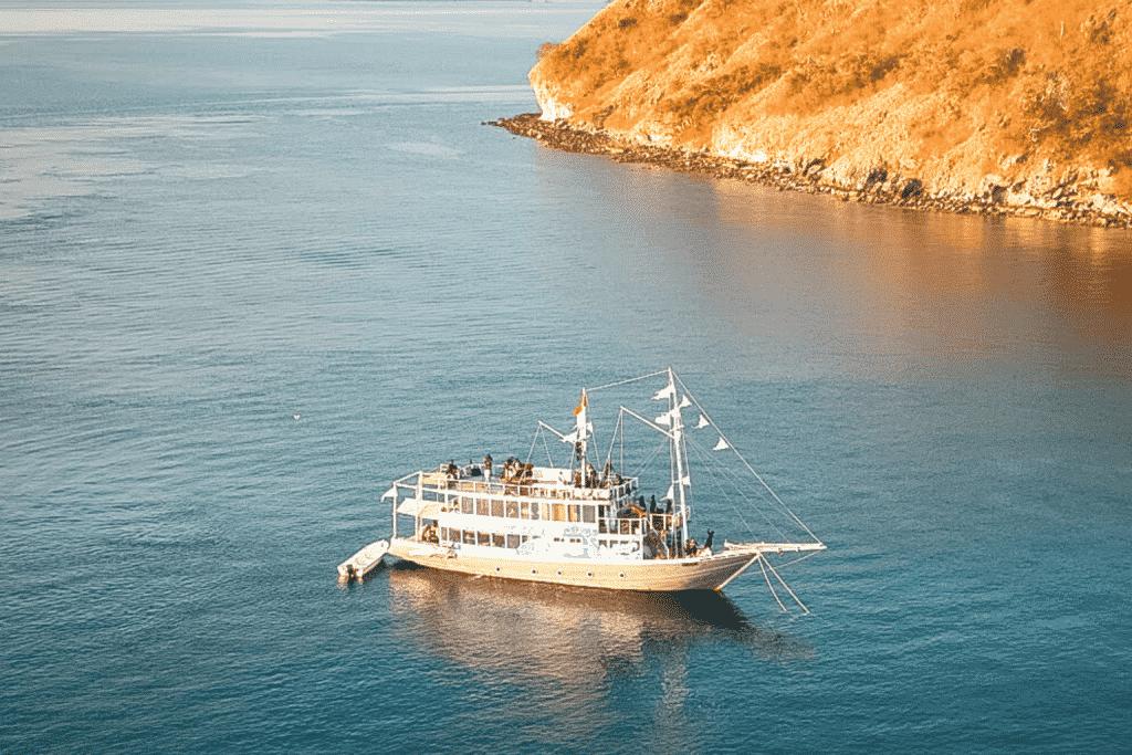 Sewa Larea Rea Liveaboard - Kapal Luxury Labuan Bajo