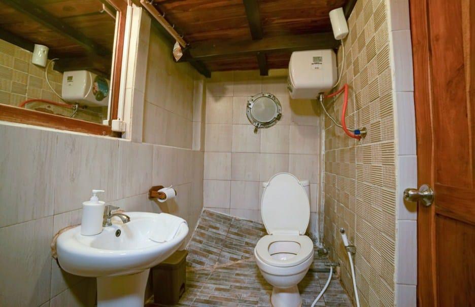 Bathroom Cabin Kapal Cajoma III Phinisi Labuan Bajo