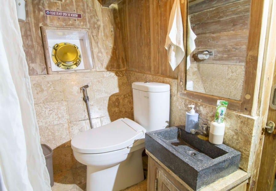 Bathroom Cabin Kapal Cajoma IV Phinisi Labuan Bajo
