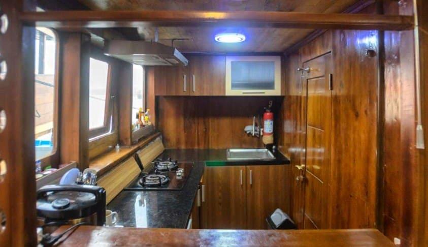 Dapur Kapal Alfathran Phinisi Labuan Bajo
