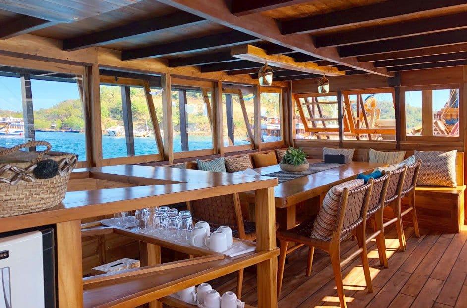Dining area Sewa Kapal Samara Labuan Bajo
