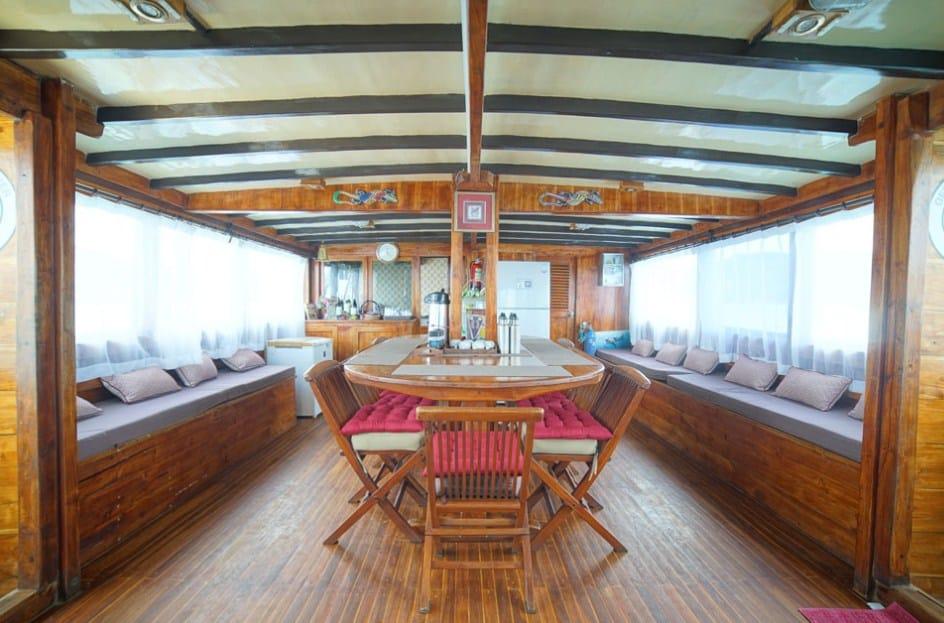 Dinning Room Indoor Kapal Cajoma III Phinisi Labuan Bajo