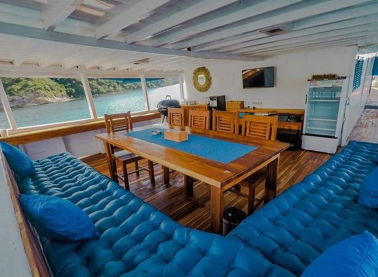 Karaoke dan Dinning Room Kapal La Nissa Liveaboard Labuan Bajo