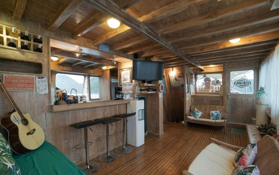 Living Room Indoor Kapal Cajoma 4 Phinisi Labuan Bajo