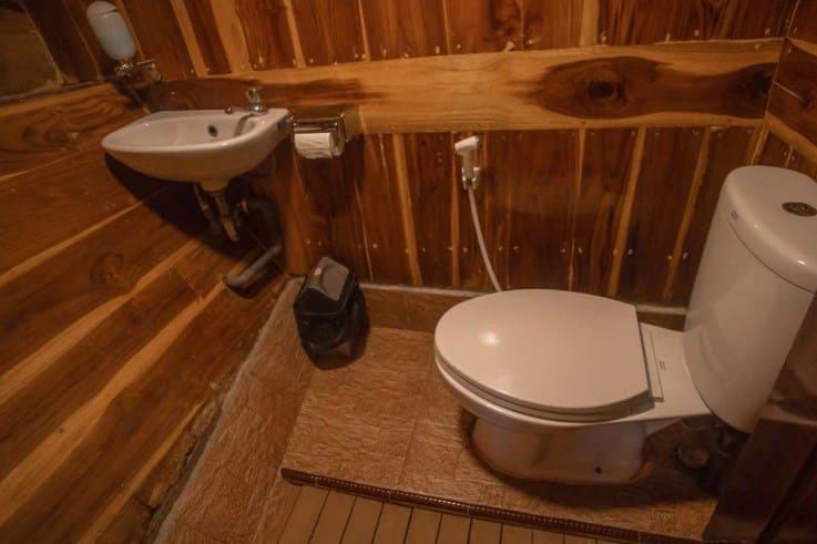 Toilet Kapal Alfathran Phinisi Labuan Bajo