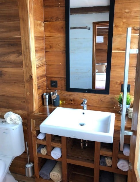 Toilet Kapal Fenides Liveaboard Labuan Bajo