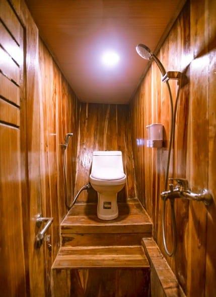 Toilet Kapal Zada Liveaboard Labuan Bajo
