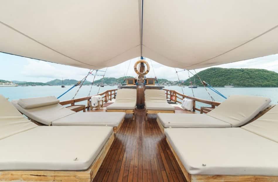 Upper Deck Kapal Cajoma III Phinisi Labuan Bajo