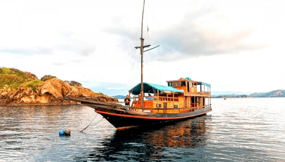 Sewa Kapal Diantara Liveaboard Komodo Labuan Bajo