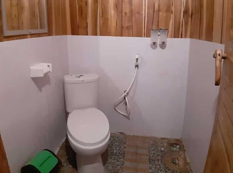 Toilet Kapal KLM Arfisyana Indah Phinisi Labuan Bajo